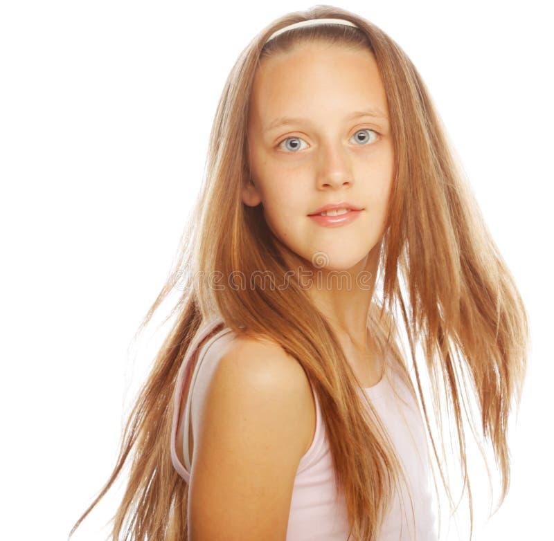 Lächelndes kleines Mädchen auf weißem Hintergrund im Studio lizenzfreie stockbilder