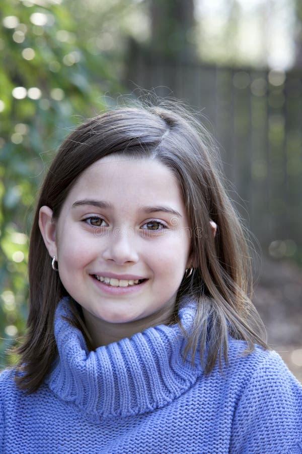Lächelndes kleines Mädchen draußen lizenzfreie stockbilder