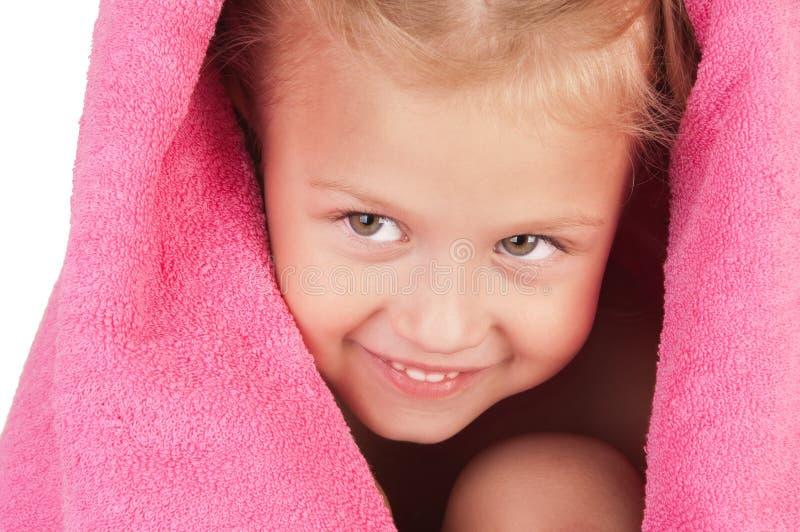 Lächelndes kleines Mädchen eingewickelt in einem rosafarbenen Tuch stockfoto