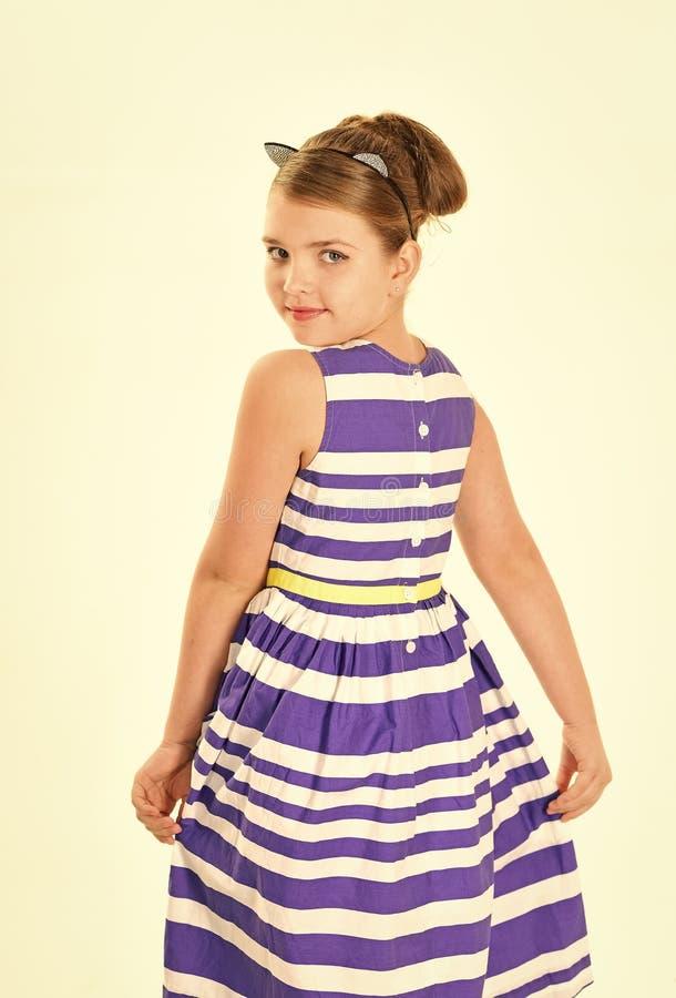 Lächelndes kleines Mädchen im blauen Kleid lokalisiert auf Weiß stockfoto