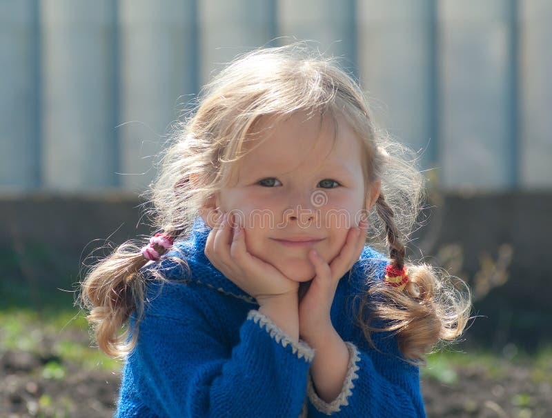 Lächelndes kleines Mädchen im Freien stockfotografie