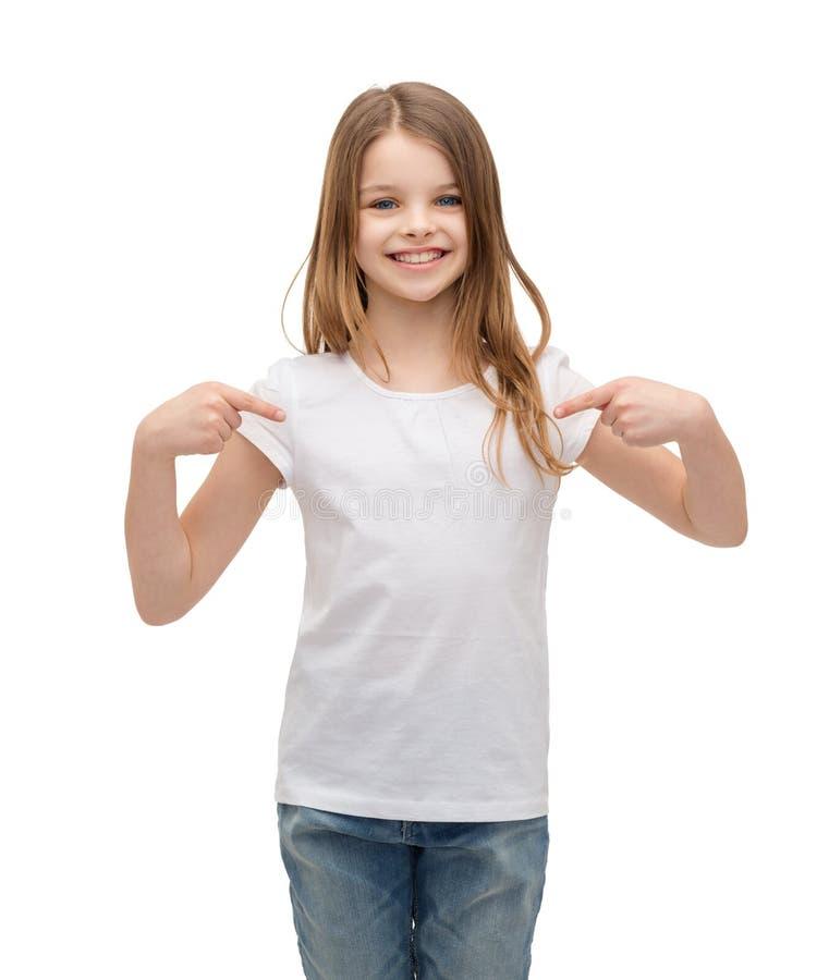 Lächelndes kleines Mädchen im leeren weißen T-Shirt stockfotos