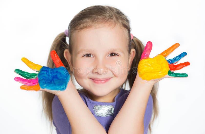 Lächelndes kleines Mädchen mit den gemalten Händen lizenzfreie stockbilder