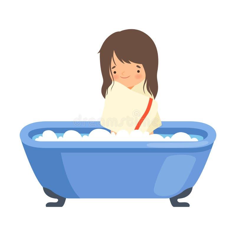 Lächelndes kleines Mädchen nach dem Bad eingewickelt im Tuch, entzückendes Kind, das Bad in der Badewanne voll vom Schaum im Bade vektor abbildung
