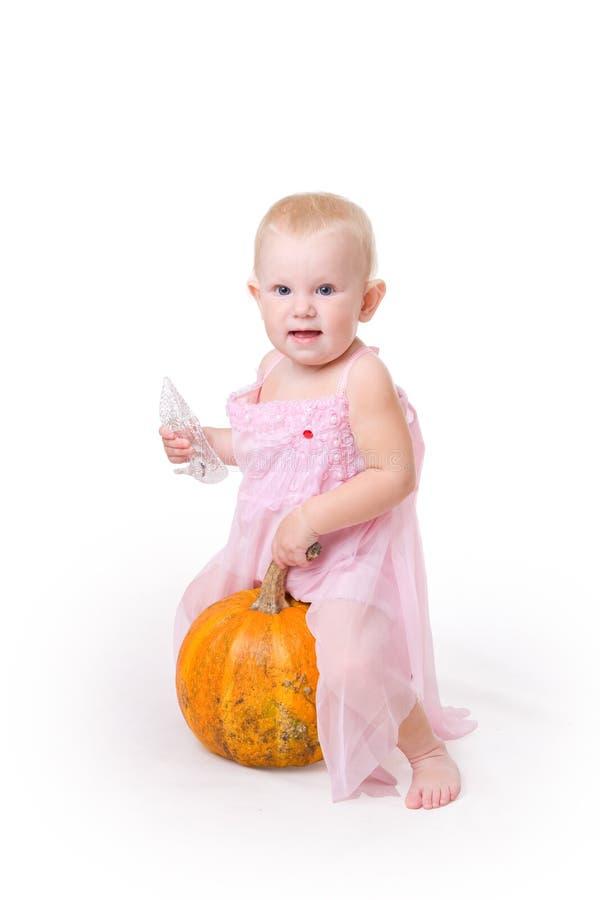 Lächelndes kleines Mädchen umfaßt einen Kürbis lizenzfreie stockfotos