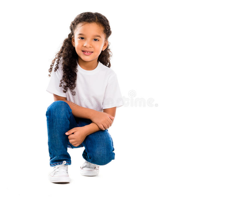 Lächelndes kleines nettes Mädchen knelted auf einem Knie lizenzfreie stockbilder