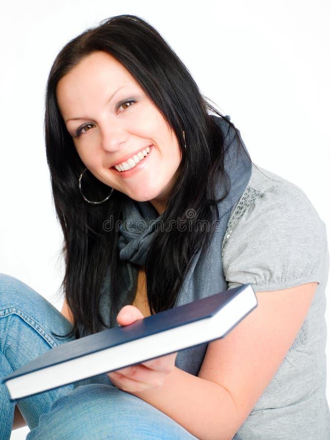 Lächelndes Kursteilnehmerfrauen-Holdingbuch stockbilder