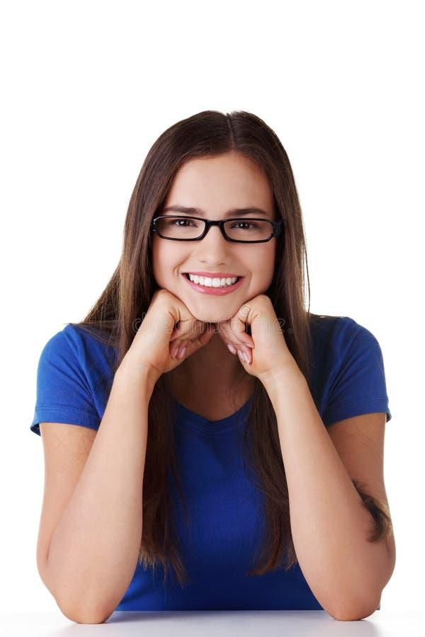 Download Lächelndes Kursteilnehmermädchen, Das Am Schreibtisch Sitzt Stockfoto - Bild von hochschule, getrennt: 27730316