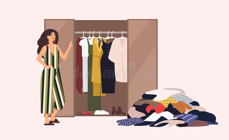 Lächelndes langhaariges Mädchen, das vor geöffnetem Wandschrank mit Kleiderdem hängen inner und Stapel von Kleidung auf Boden ste vektor abbildung
