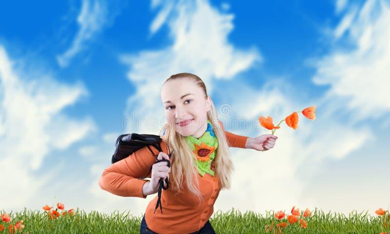 Lächelndes Mädchen auf einer Wiese stockfotografie