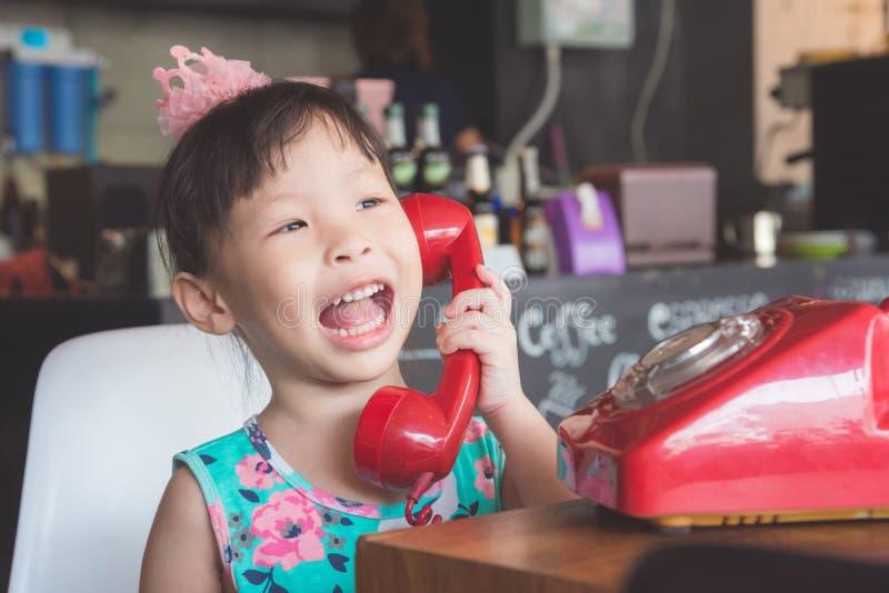 Lächelndes Mädchen bei mit ihrem Freund telefonisch sprechen stockfotos