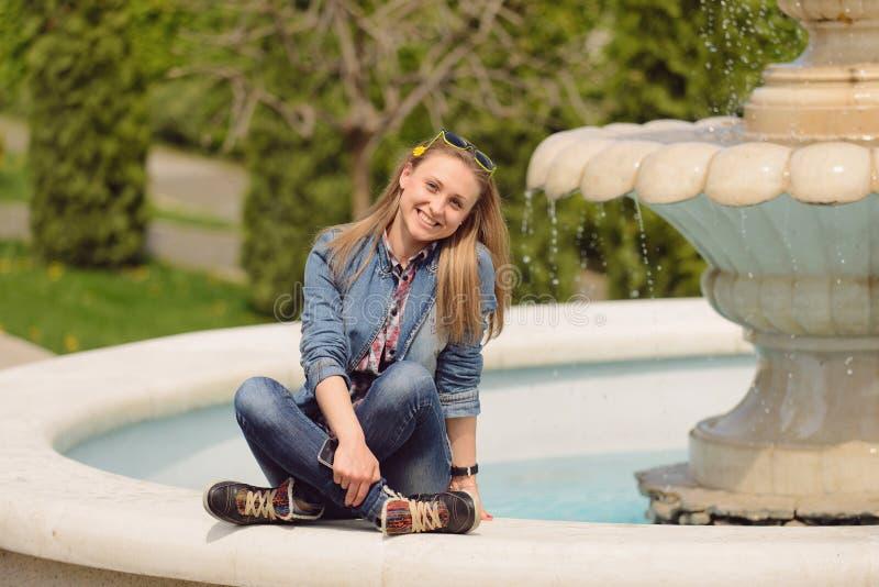 Lächelndes Mädchen am Brunnen lizenzfreies stockfoto