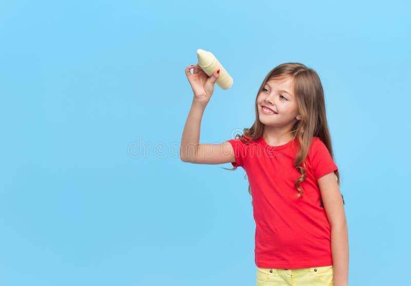 Lächelndes Mädchen, das Kreidebleistiftstellung hält lizenzfreie stockfotografie