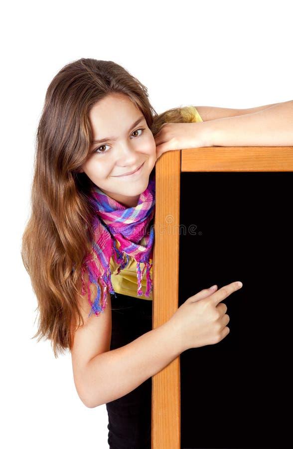 Lächelndes Mädchen, das Tafel zeigt lizenzfreies stockfoto