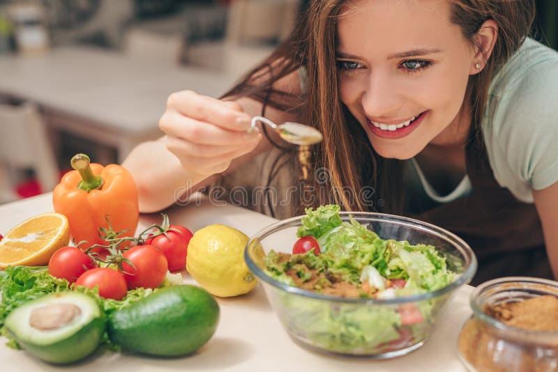 Lächelndes Mädchen in der Küche lizenzfreie stockbilder