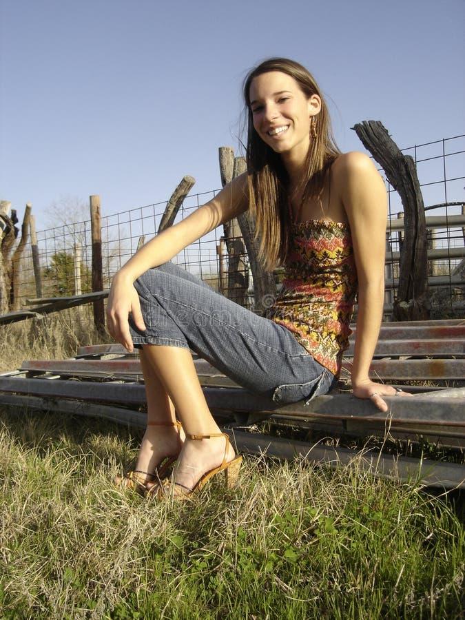 Lächelndes Mädchen in der rustikalen Umgebung lizenzfreies stockfoto
