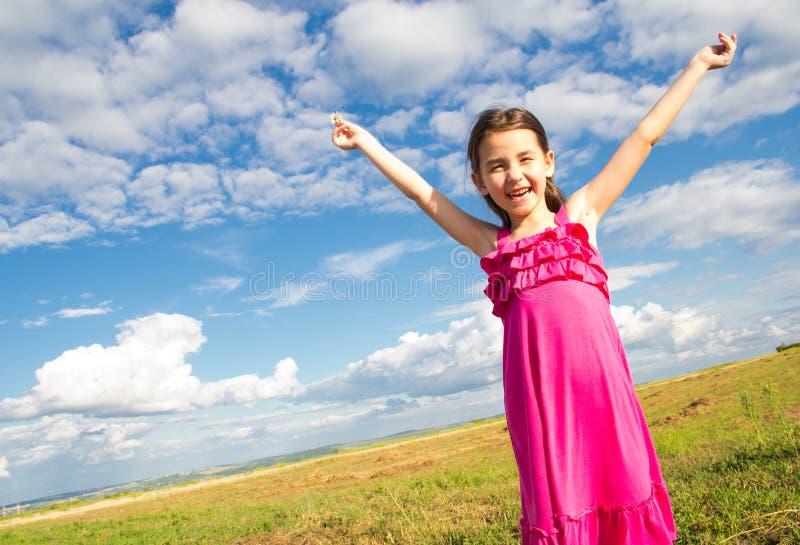 Lächelndes Mädchen in der Sonne stockbild
