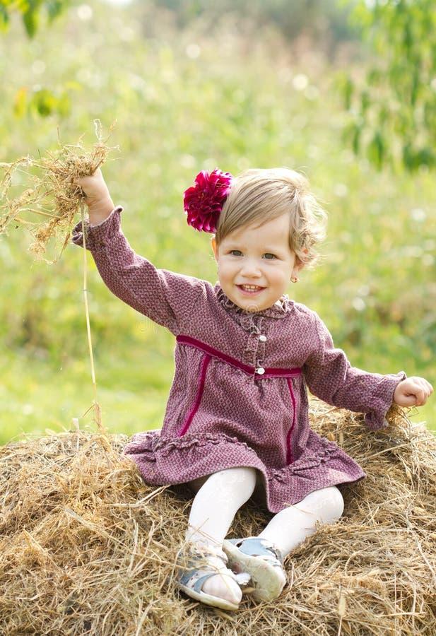 Lächelndes Mädchen des kleinen Landes lizenzfreie stockfotografie