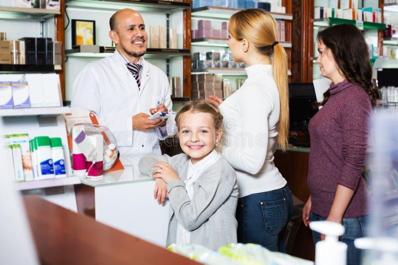 Lächelndes Mädchen in einer Apotheke stockfoto