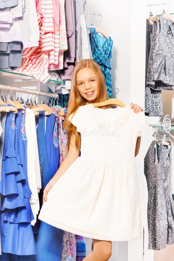 Lächelndes Mädchen Hält Schönes Weißes Kleid Auf Aufhänger Stockbild ...