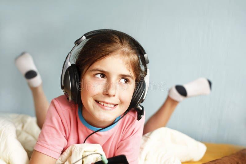 Lächelndes Mädchen hört Musik stockbild