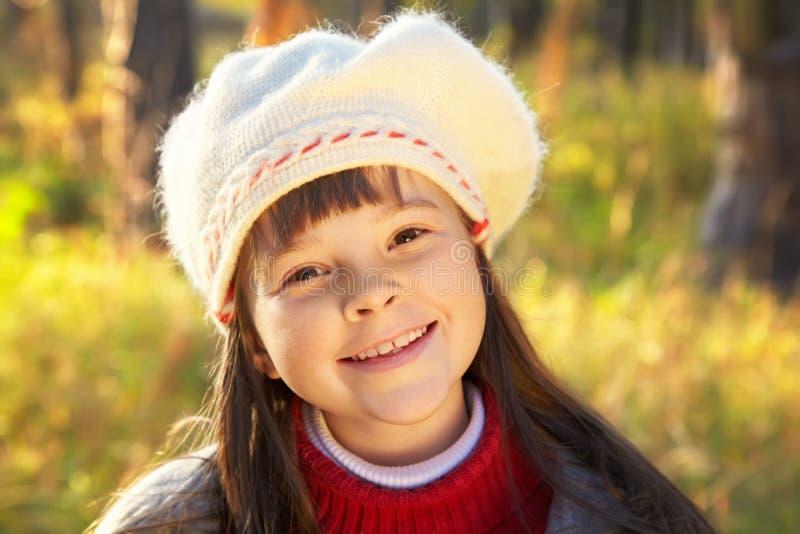 Lächelndes Mädchen im Herbst stockfotografie