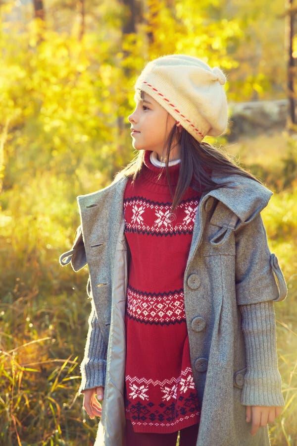 Lächelndes Mädchen im Herbst lizenzfreie stockfotos