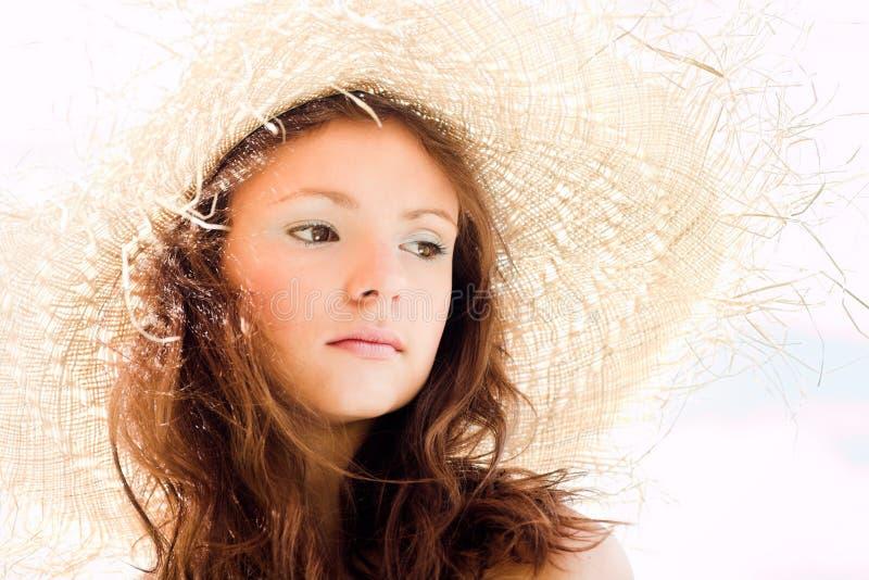 Lächelndes Mädchen im Hut stockbild
