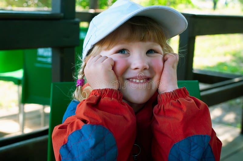 Lächelndes Mädchen im Kaffee lizenzfreie stockbilder