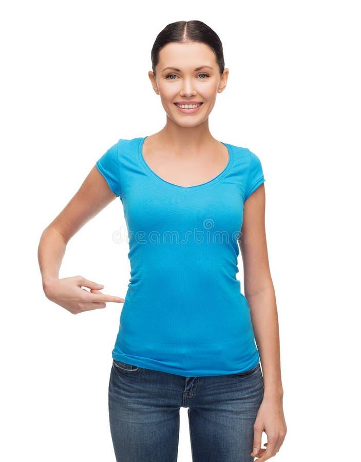 Lächelndes Mädchen im leeren blauen T-Shirt lizenzfreies stockfoto