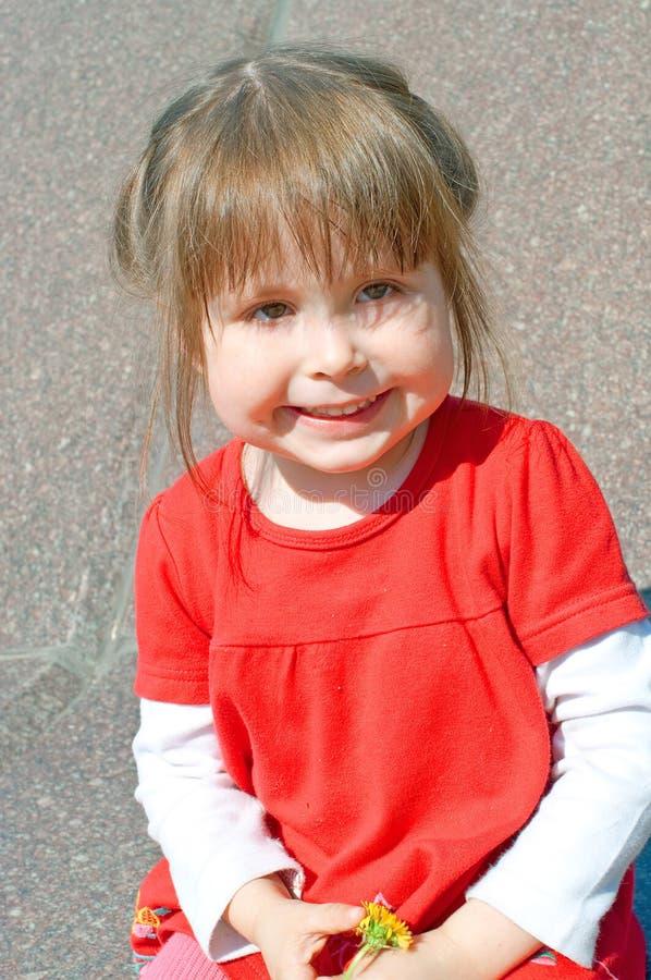 Lächelndes Mädchen im Rot lizenzfreie stockfotos