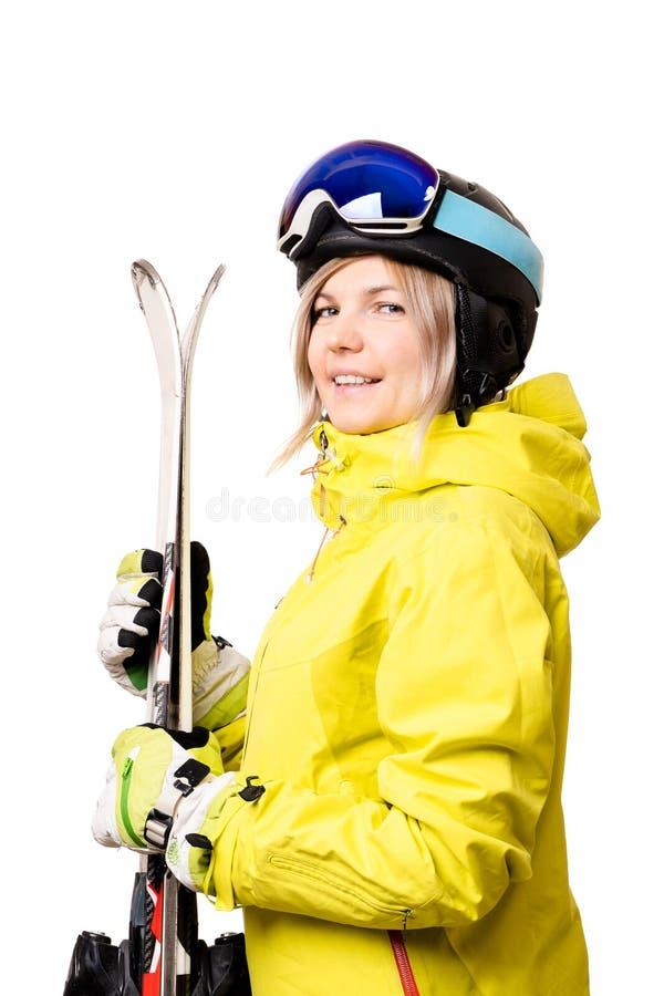 Lächelndes Mädchen im Sturzhelm, der Skis hält stockbilder