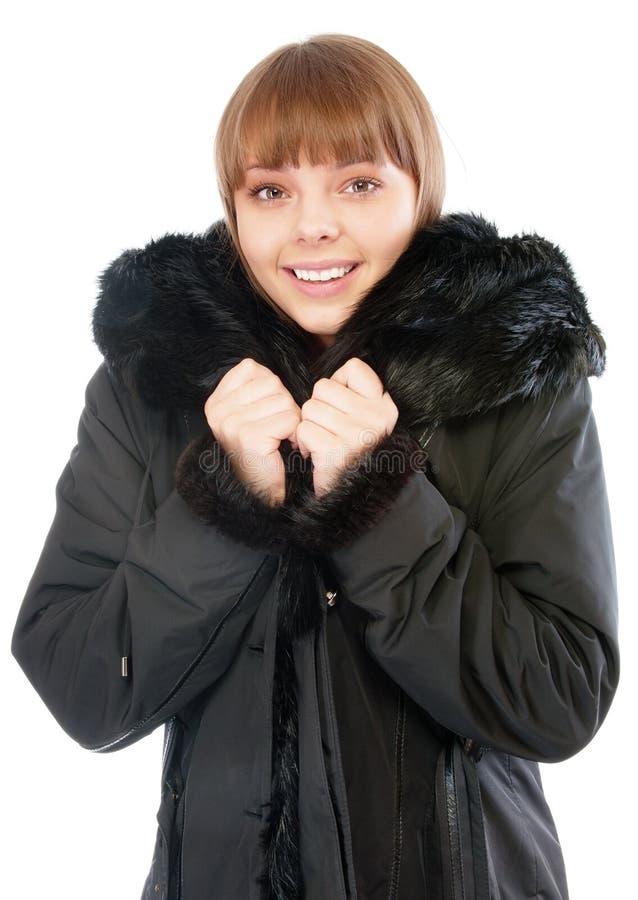Lächelndes Mädchen im Winter schwärzen Mantel mit Schal stockfoto