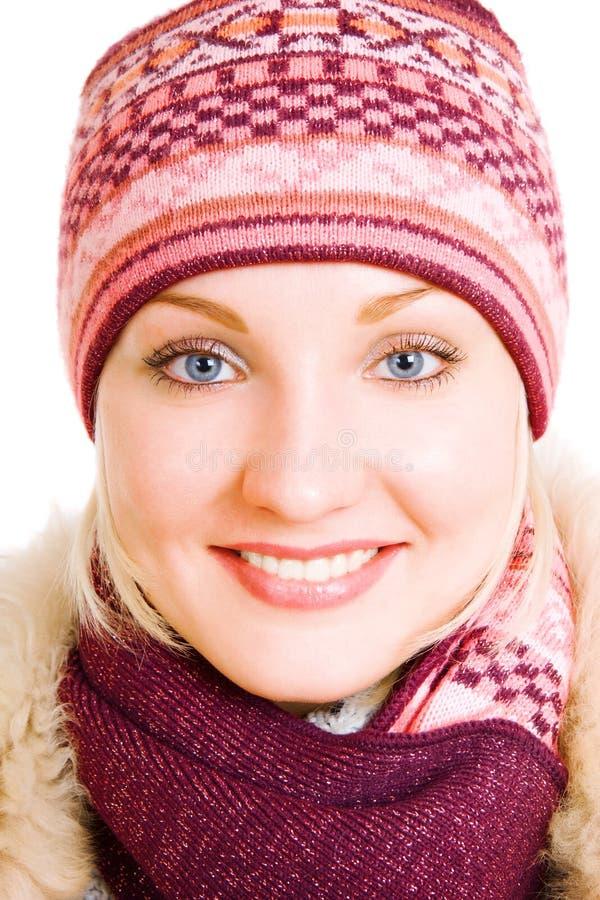 Lächelndes Mädchen im Wintermantel lizenzfreies stockfoto
