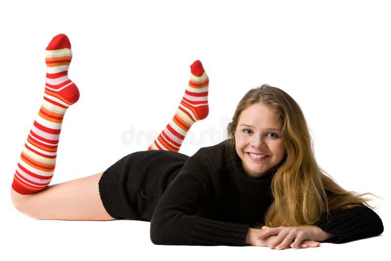 Lächelndes Mädchen liegt auf dem Fußboden lizenzfreies stockbild