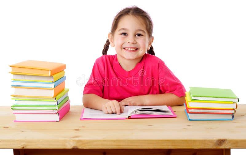 Lächelndes Mädchen mit Büchern stockbild