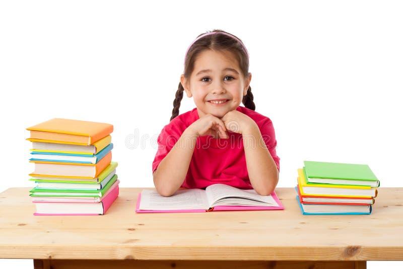 Lächelndes Mädchen mit Büchern lizenzfreie stockfotografie