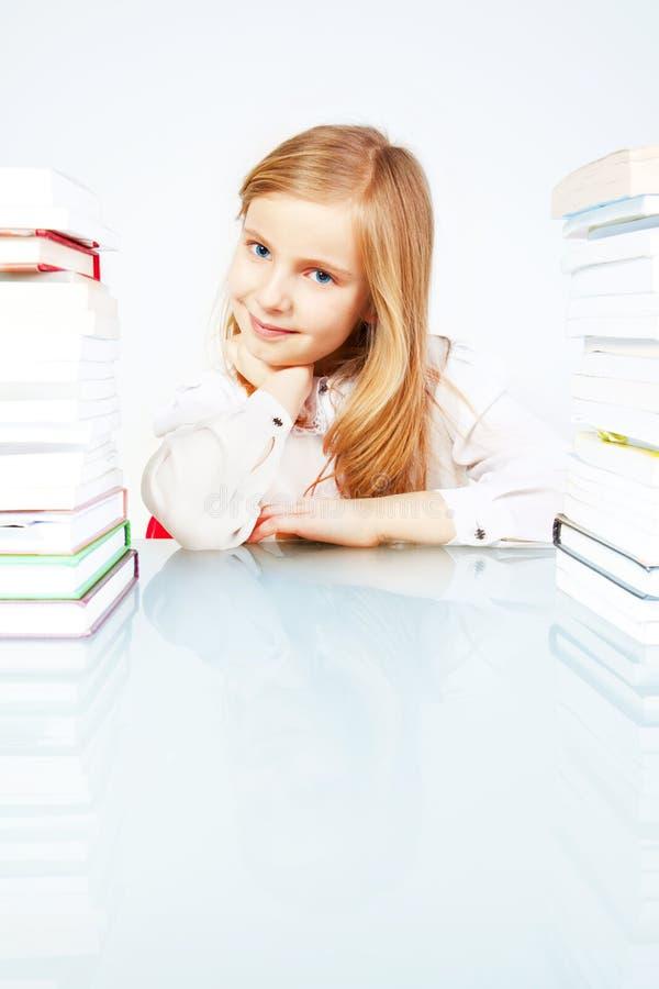Lächelndes Mädchen mit Büchern in der Bibliothek stockfotos