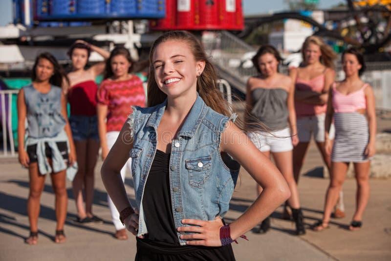 Lächelndes Mädchen mit der Hand auf Hüften lizenzfreie stockbilder