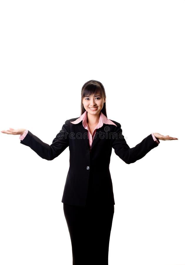 Lächelndes Mädchen mit der Hand zu ihrer Seite stockbilder