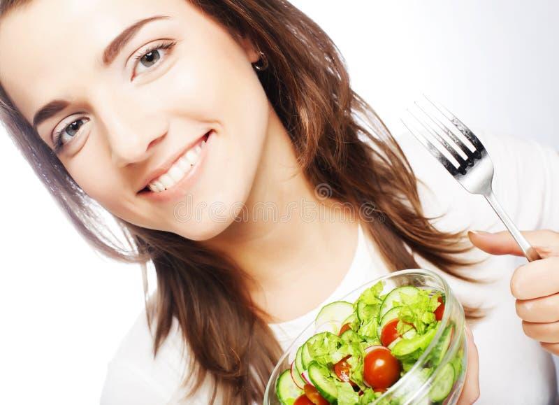 Lächelndes Mädchen mit einem Salat stockbild
