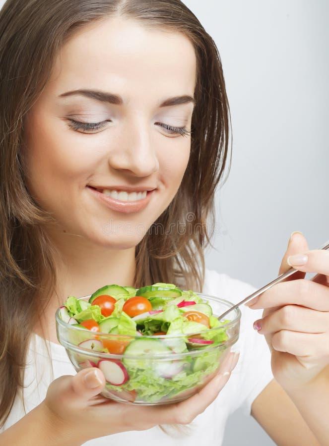 Lächelndes Mädchen mit einem Salat stockfotografie