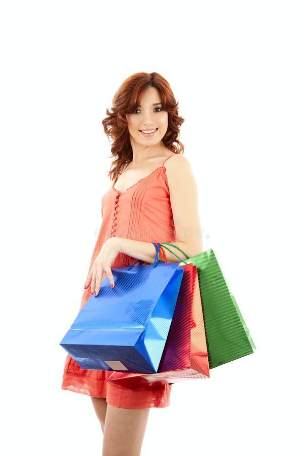 Lächelndes Mädchen mit Einkaufenbeuteln stockfoto