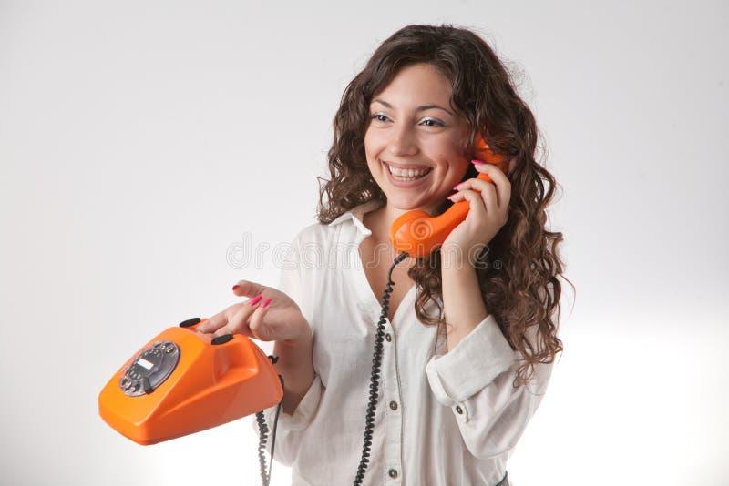 Lächelndes Mädchen mit Telefon lizenzfreies stockbild