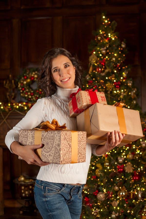 Lächelndes Mädchen mit vielen Weihnachtsgeschenken lizenzfreies stockfoto