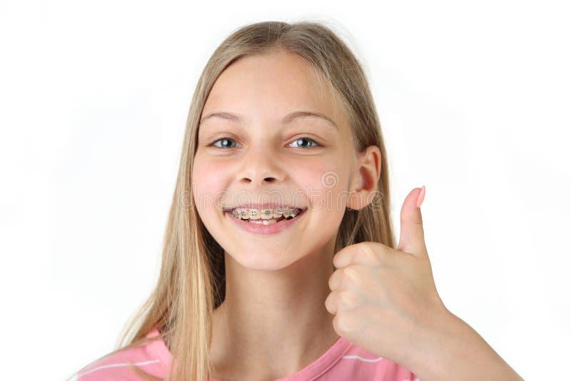 Lächelndes Mädchen mit zahnmedizinischen Klammern lizenzfreie stockfotografie