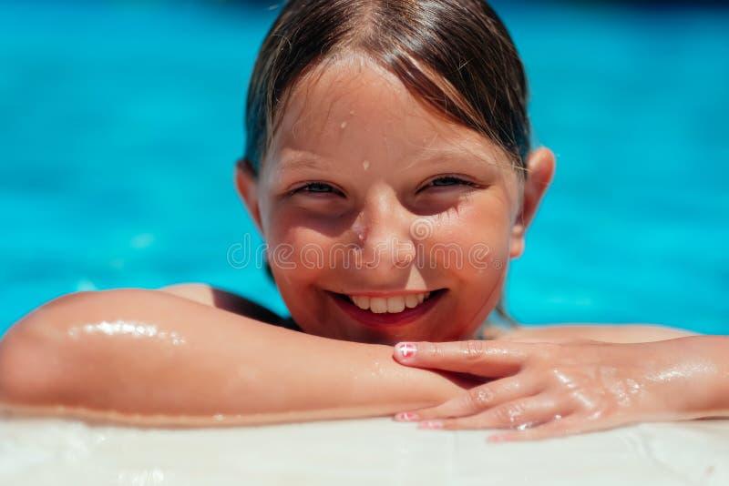 Lächelndes Mädchen am Poolside lizenzfreie stockfotos