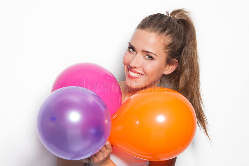 Lächelndes Mädchen und Ballone stockfoto
