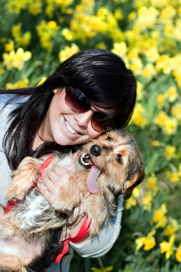 Lächelndes Mädchen und Hund lizenzfreies stockfoto