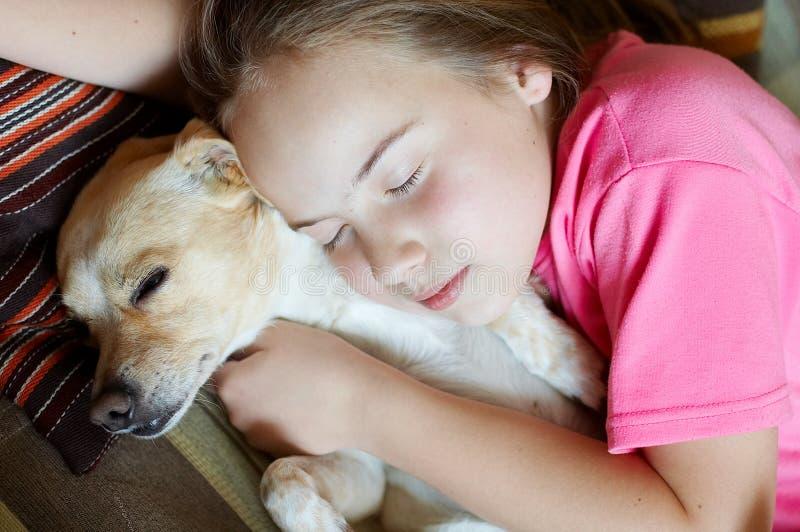 Lächelndes Mädchen und Hund stockfotos